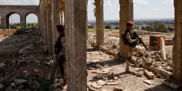 Des membres des forces de sécurité irakiennes non loin de