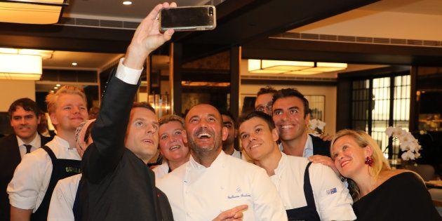 Lors de son déjeuner avec des chefs à Sydney pour mettre à l'honneur la gastronomie, Emmanuel Macron...