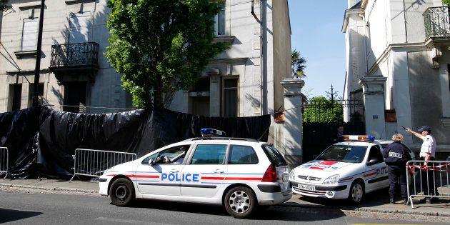 Des véhicules de police devant la maison de la famille Dupont de Ligonnès, au lendemain de la découverte...