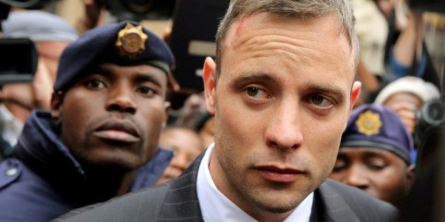 Le champion paralympique Oscar Pistorius quitte le palais de justice de Pretoria, en juin