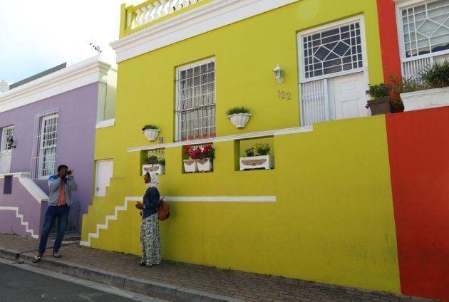 Rashida Emeran posant pour une photo devant sa maison à