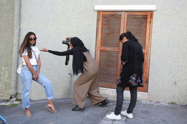 Jeunes femmes prenant des photos à l'extérieur de la mosquée Auwal à