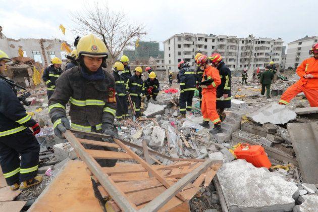 Des secouristes sur les lieux de l'explosion à Ningbo, le 26