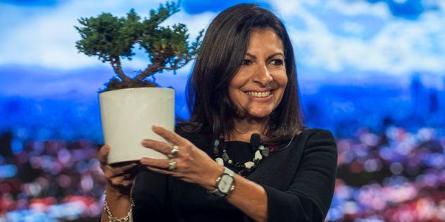 Anne Hidalgo montre un arbre, symbole de la lutte contre le réchauffement climatique, lors du Sommet...