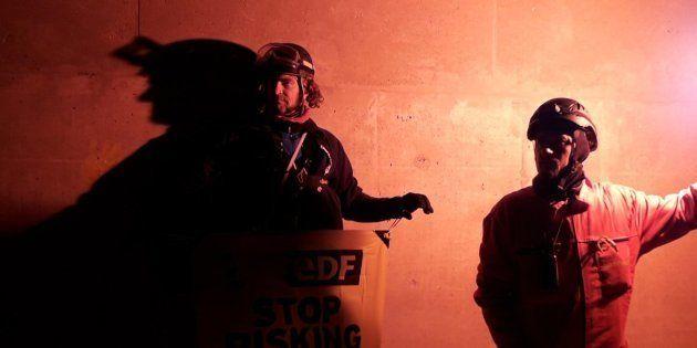 Deux militants de Greenpeace sur le site de la