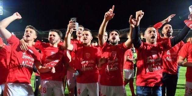 Les joueurs de Nîmes fêtent la remontée en Ligue 1 avec leurs supporters le 4 mai