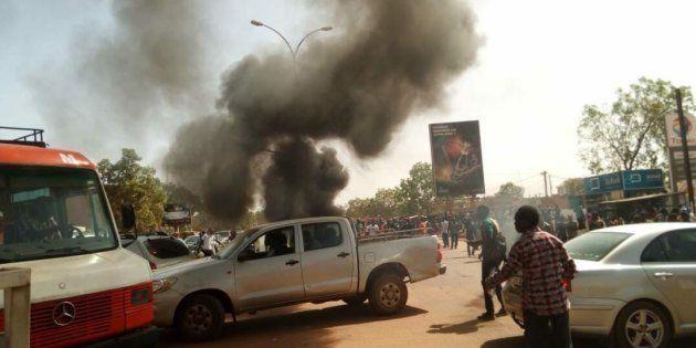 Des pneus ont été enflammés par des étudiants à l'approche du convoi de la délégation