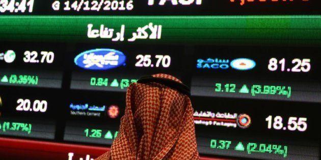 Un Saoudien observe l'indice Tadawul All-Shares Index (Tasi) à Ryad, le 14 décembre