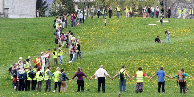 Une chaîne humaine et des rassemblements contre les compteurs