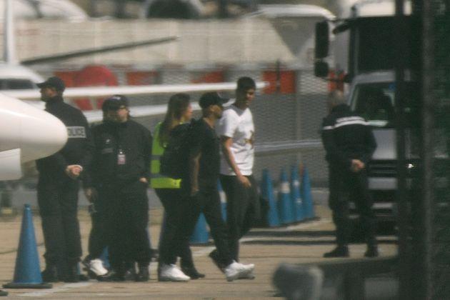 Neymar à sa sortie d'avion sur le tarmac de l'aéroport du Bourget, près de Paris, le 4