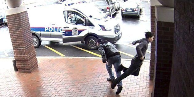 La police remercie ce grand-père pour son croche-pied à un suspect armé qui