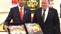 Reçu par le président indonésien, le premier ministre danois lui offre un coffret de vinyles