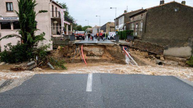 La crue du ruisseau Le Travel a coupé en deux le pont de la commune de Villegailhenc dans