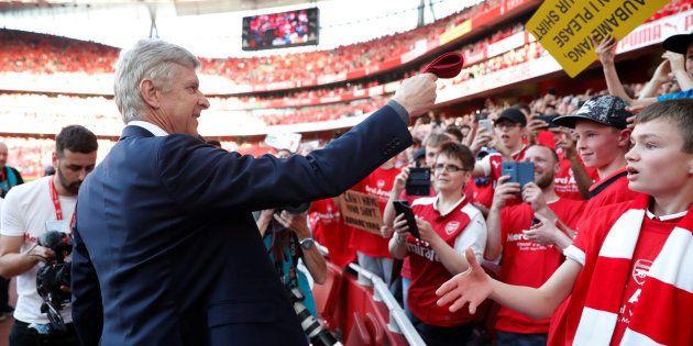 beau lustre toujours populaire pourtant pas vulgaire Arsenal: Arsène Wenger offre sa cravate à un jeune fan pour ...