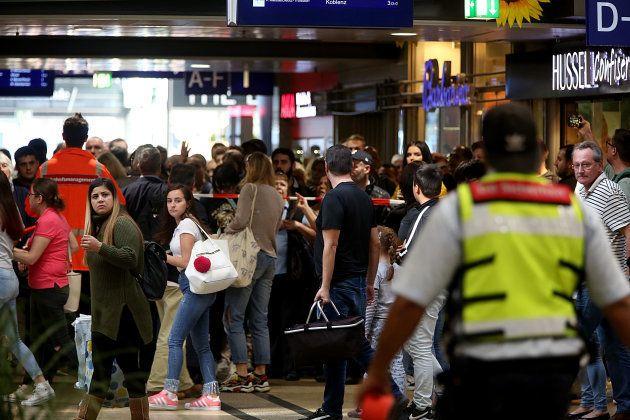 Des voyageurs quittent la gare centrale de Cologne pendant la prise d'otage, ce 15