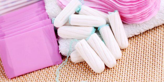 Tampons et serviettes coûtent trop cher à de nombreuses Françaises précaires qui préfèrent s'en passer