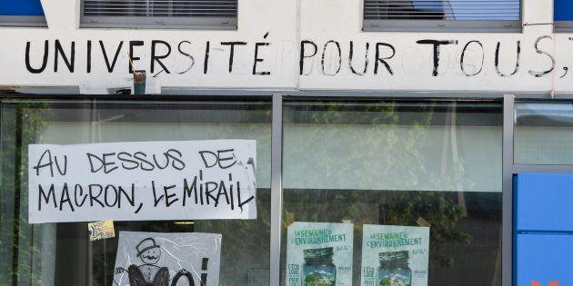Des messages sur une façade de l'université du Mirail à Toulouse le 30 avril
