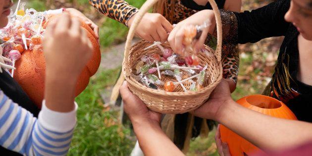 Pour certains enfants, la simple manipulation de bonbons récoltés pour Halloween peut déclencher de graves réactions (urticaire, crise d'asthme, œdème de Quincke ou choc anaphylactique) à cause des allergènes contenus dans le lait, les fruits à coques, l'arachide, le gluten, etc.