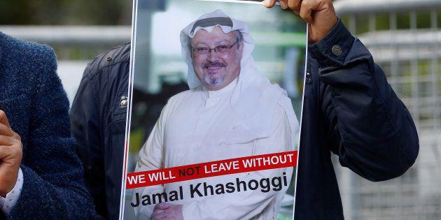 Un manifestant tient une photo de Jamal Khashoggi dlors d'une manifestation devant le consulat d'Arabie...