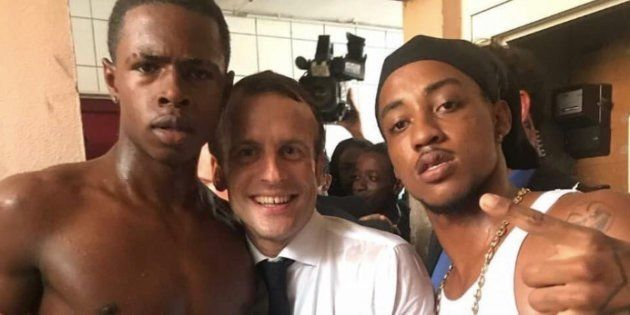 Emmanuel Macron posant avec des jeunes lors de son voyage à