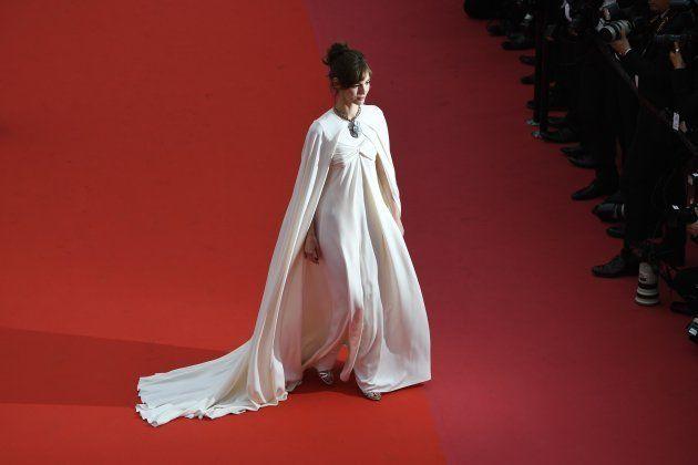 Cannes 2018: Louise Bourgoin en prêtresse romaine sur le tapis rouge