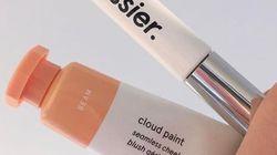 Pourquoi les cosmétiques Glossier qui arrivent en France vont faire parler