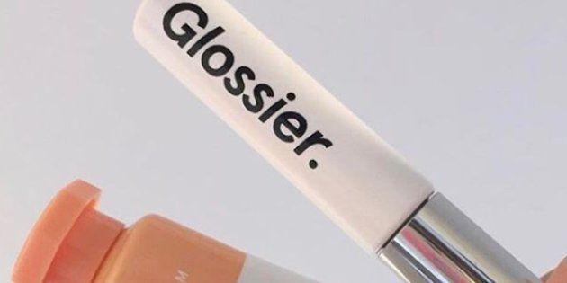 Grâce à son esthétique sobre et soignée, l'enseigne de produits de beauté Glossier a déjà conquis de nombreuses personnes de l'autre côté de l'Atlantique.