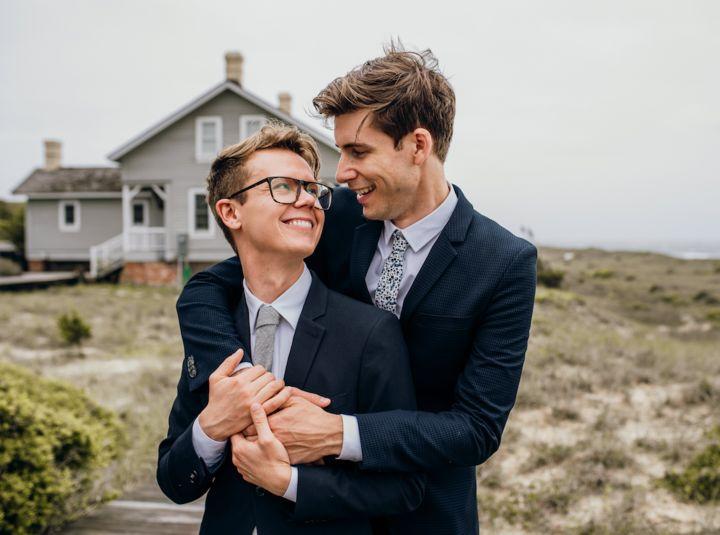 Luke, à gauche, avec son mari, Hans, le jour de leur mariage.