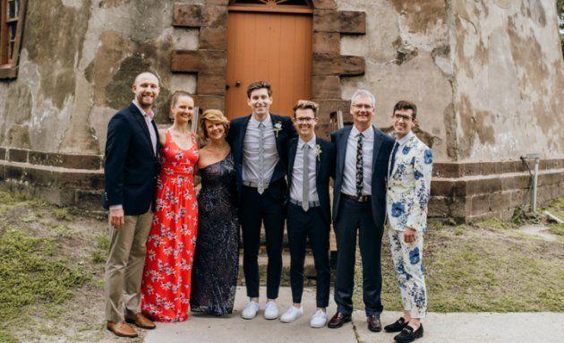 La famille Beischel: Brandon Casey (le mari de Beth), Beth, moi, Hans, Luke, Joe (mon mari) et Will, au mariage de Hans et Luke.