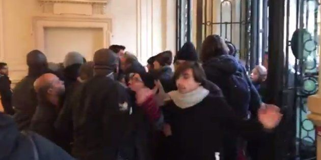 Des militants d'Attac pénètrent de force dans un Apple Store pour que la marque paie ses