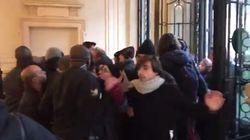 Des militants d'Attac pénètrent de force dans un Apple