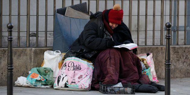 Une femme sans-abris dans une rue de Paris, en janvier