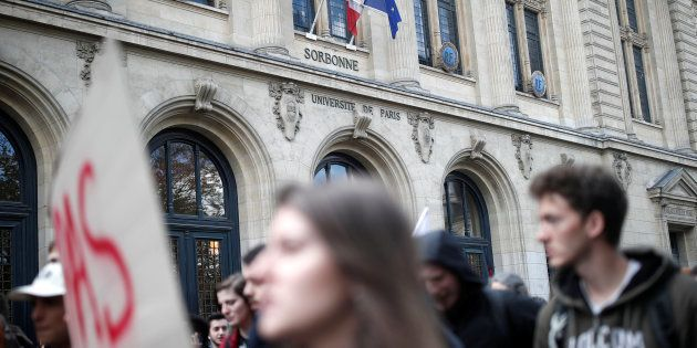 Des étudiants manifestent devant la Sorbonne le 10 avril (photo