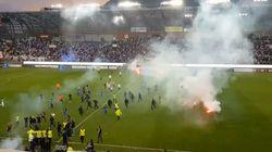 À Grenoble, des supporters envahissent la pelouse pour s'en prendre aux