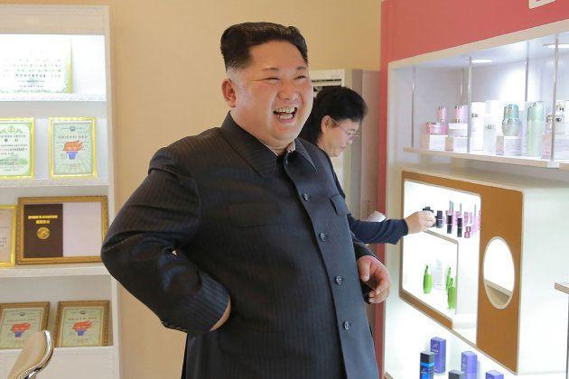 Une photo du leader nord-coréen dans une entreprise de cosmétiques, diffusée par l'agence de presse KCNA...