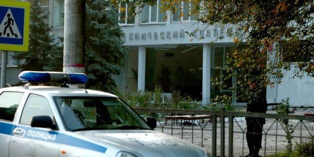 Devant le lycée technique de Kertch en Crimée le 18 octobre