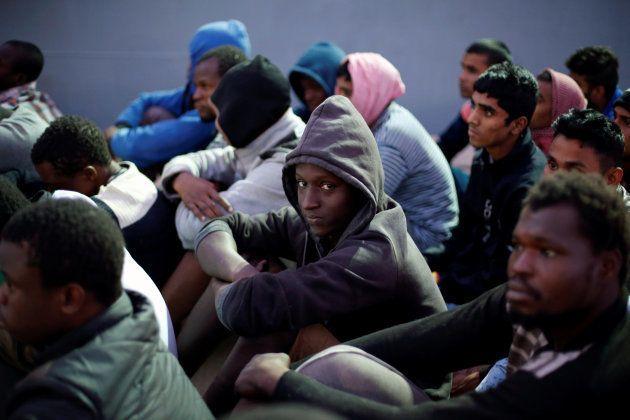 Des migrants arrivent dans une base navale de Tripoli après avoir été secourus, le 4