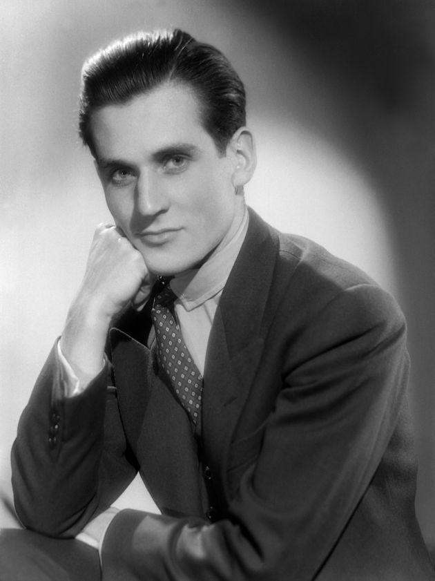 Jean d'Ormesson pose au Studio Harcourt à Paris en 1950, il est alors secrétaire général du Conseil international...