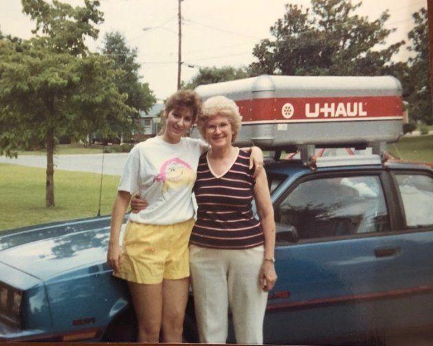 Donna avec sa mère, le jour de son départ pour San Diego (1988).