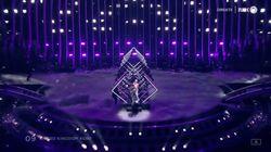 Un homme surgit sur la scène de l'Eurovision et arrache le micro de la candidate du Royaume