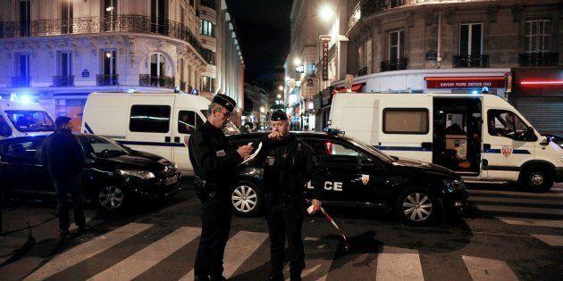 Des policiers sécurisant le périmètre après l'attaque au couteau dans le 2e arrondissement de Paris le...