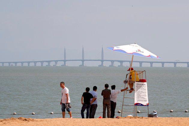 Une vue du pont depuis une plage de Zhuhai, dans le sud de la Chine, le 22