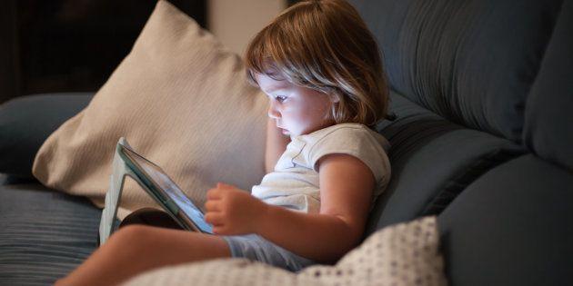 Je laisse mes enfants trouver leurs limites avec les écrans, et voici pourquoi cela marche.