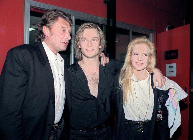 David Hallyday pose entouré de ses parents, Johnny Hallyday et Sylvie Vartan, le 8 mars 1991 au Zénith...