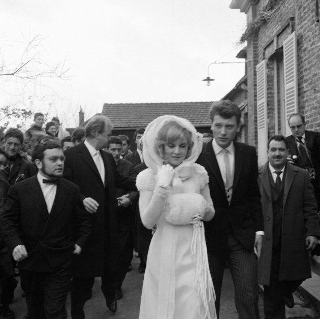 Sylvie Vartan et Johnny Hallyday tentent d'échapper à leurs admirateurs avant d'entrer dans la petite...