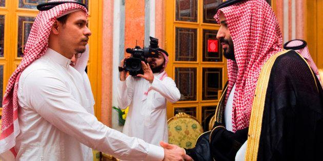 Salah Khashoggi serre la main du prince héritier Mohammed ben Salmane au palais royal de Ryad, le 23