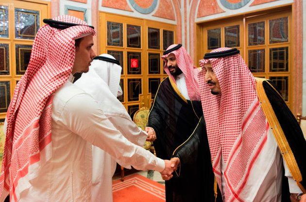 Le roi Salmane (droite) et le prince héritier Mohammed ben Salmane (derrière à droite) reçoivent Salah...