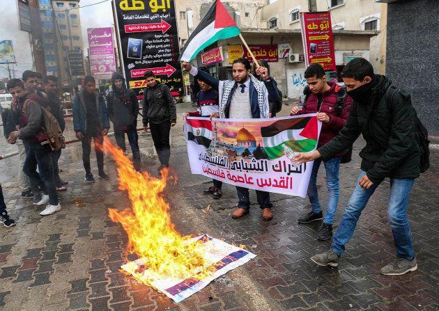 Des Palestiniens brûlent des drapeaux américains et israëliens à