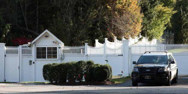 Un véhicule de police devant la maison de Chappaqua de Bill et Hillary Clinton, après la découverte d'un...