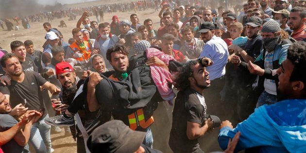 Des Palestiniens lors d'affrontement avec les forces de l'ordre israéliennes près de la frontière de...
